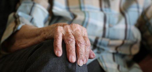 mani di persona anziana